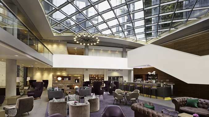 DoubleTree by Hilton Hotel London - Lobby Bar under glass atrium roof