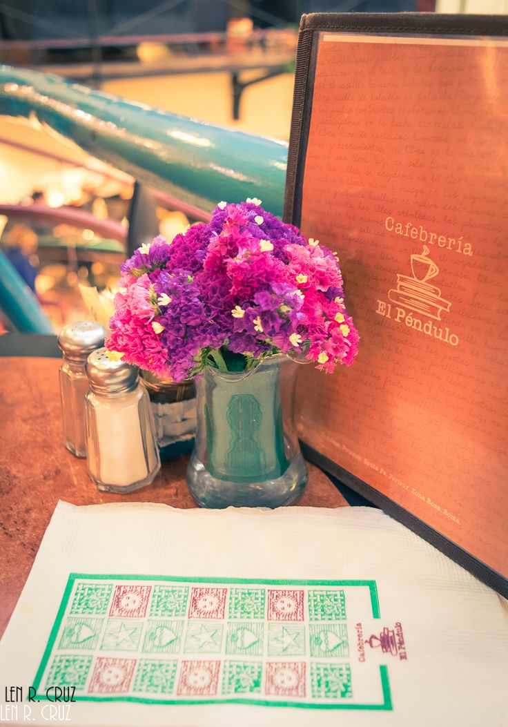wandering-mexico:  Cafebrería el Péndulo - Polanco, Mexico City  Calle Alejandro Dumas 81 - Miguel Hidalgo  Website: Libreria el Péndulo (online store - Spanish)   Spending an afternoon in one of my favorite areas of Mexico City, and also in one of my favorite settings. I always enjoyed being surrounded by books and this book store/cafe certainly offers this and more. El Pendulo