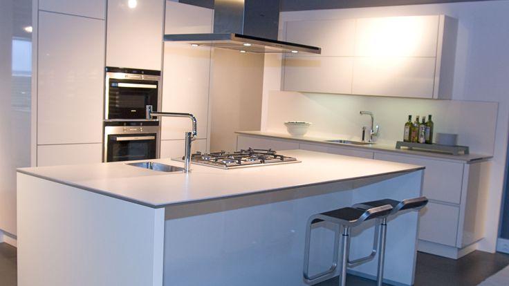 Alno star shine keuken in magnolia de star shine van alno is een moderne keuken voor iedereen for Kleur moderne volwassen kamer