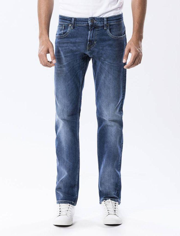 Thomas Dark Vintage Blue Straight Jeans  Description: Cup Of Joe is een denimlabel dat al dertig jaar te boek staat als een betaalbaar brand. COJ haalt zijn inspiratie uit de fijne vaak kleine dingen des levens. Daar jeans deel uitmaakt van ons dagelijks bestaan moeten we er net zo van genieten als bijvoorbeeld ons gebruikelijke kopje koffie. Dat is het motto.Of je nu een vintage een versleten indigo of zwarte strakke jeans wilt - bij voorkeur een exemplaar dat je dag en nacht kunt dragen…