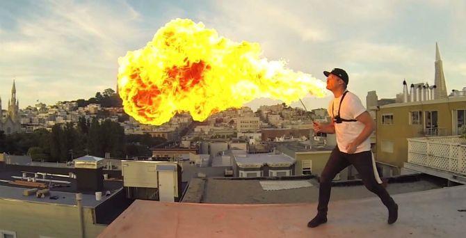 Eldsprutare filmad med 24st GoPro-kameror. Eld i Bullet TIme. #Obsid #extreme #cool http://www.obsid.se/livsstil/eldsprutare-filmad-med-24-gopro-kameror/