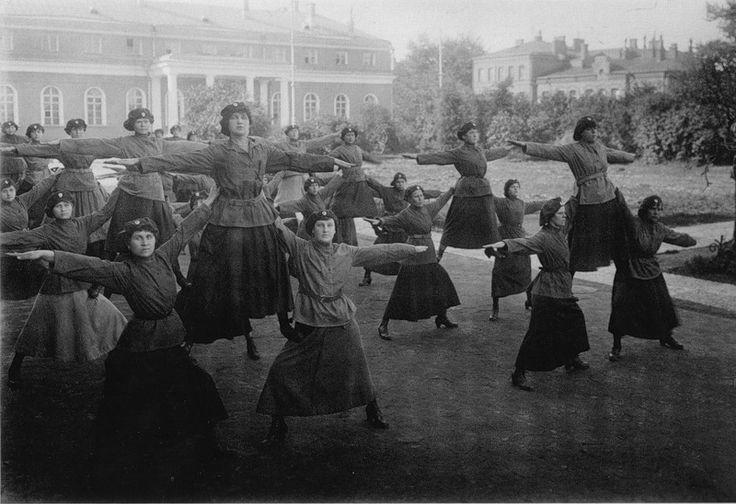 1919 Петроград Женщины-милиционеры выполняют гимнастические упражнения