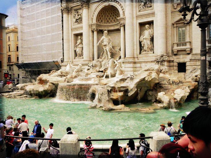 Throw the coin and make a wish, Fontana di Trevi, Roma