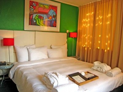 Misc eatdrinksleep is een klein twee sterren hotel, gesitueerd in de binnenstad van Amsterdam, op slechts enkele minuten lopen van het Centraal Station, vlakbij de Dam, het Waterlooplein & de rosse buurt.