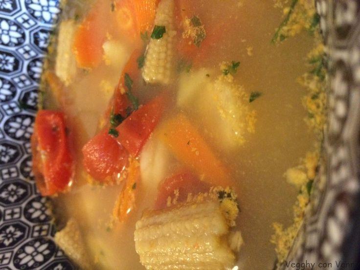 Zuppa thai piccante con verdure (vegan) Ingredienti per 4 persone: 100 gr di pannocchiette 100 gr di pomodorini 100 gr di carote 300 gr di patate 2 peperoncini rossi 1 spicchio d'aglio 2,5 cm di radice di zenzero tritata finemente 1cucchiaio di zucchero di canna 600 ml di brodo vegetale 1 cucchiaio di prezzemolo tritato…