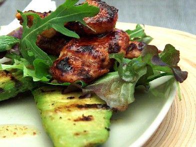 Insalata di pollo marinato con avocado alla griglia | il cavoletto di bruxelles