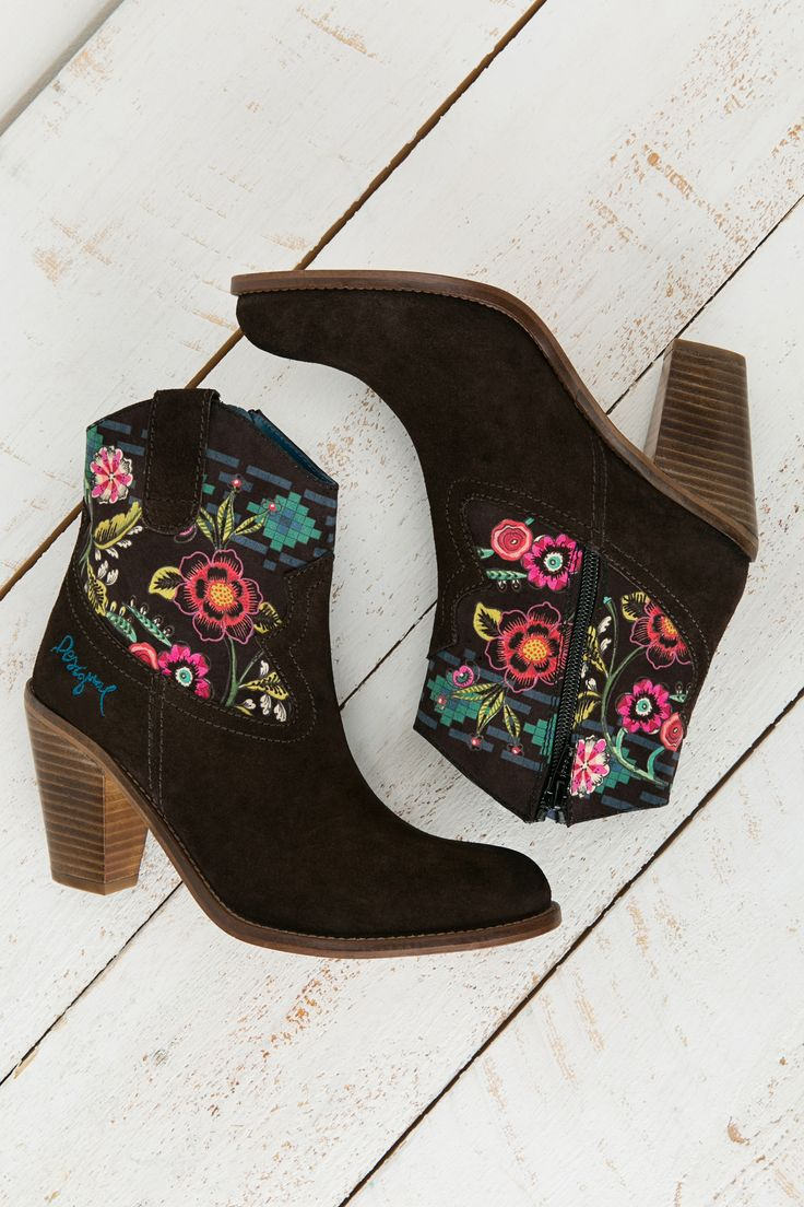 Cowboy style ankle boots with a 10 cm heel and real leather inside and out. They're brown with an ethnic print.