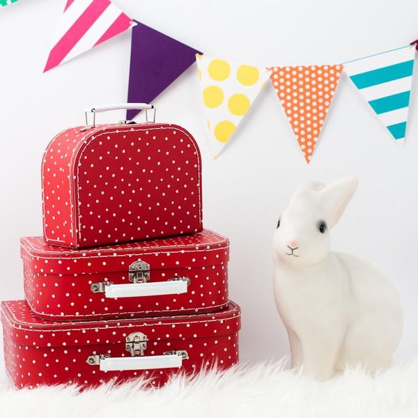 Leuke decoratie voor de #kinderkamer: rode koffers | Suitcases set #kidsroom #kids #decoration