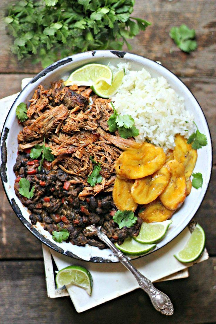 Kubanisches Gericht mit Rindfleisch, Reis, schwarzen Bohnen und Kochbananen