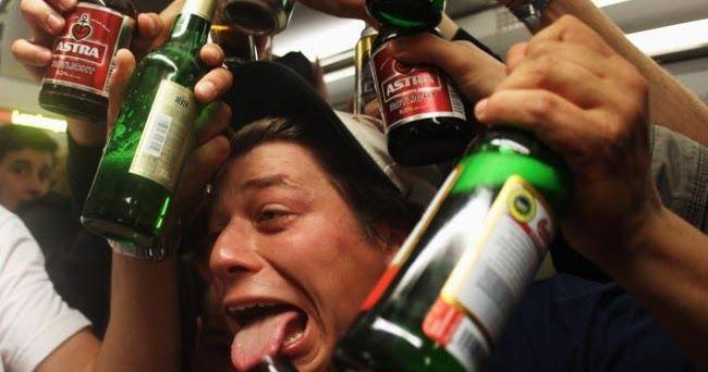 Por qué hay diferentes reacciones cuando bebes alcohol? Psicólogos de la Universidad de Misuri en Columbia han explicado este fenómeno en un estudio publicado en la revista Addiction Research & Theory.  En la investigación aseguran que existen cuatro grupos diferentes del estado etílico que depende del organismo de cada individuo:Mary Poppins Ernest Hemingway el Profesor Chiflado y el Señor Hyde. El estudio involucró a 374estudiantesuniversitarios.  Así describen a los cuatro tipos…