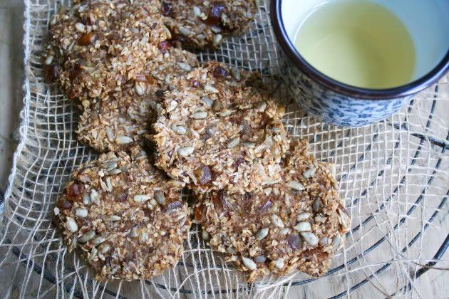 Een koekje zonder meel, zonder vetten en zonder zoetmiddel! Ze smaken naar gember en andere heerlijke specerijen. Dit moet je gewoon proberen.     50 g geraspte kokos  50 g zonnebloempitten  70 g dadels  50 g havermout  1/4 tl kardemom  1/2 tl kaneel  1/4 tl gemberpoeder  snufje zout    1 appel, in stukjes gesneden  4 el water  3 el geprakte banaan (1 kleine banaan)  1 el ongezouten tahin