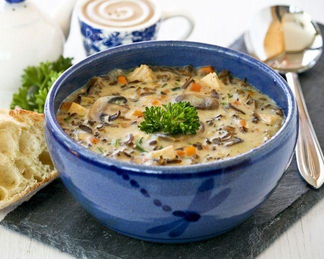 Знаменитый болгарский гуляш (бограчгуйяш)     На традиционных и очень популярных в Венгрии конкурсах на лучший гуляш такой суп готовят на открытом огне. Не только потому, что именно так и стряпали настоящие мадьярские пастухи, но еще и ради специальной посуды, в которой только и можно приготови