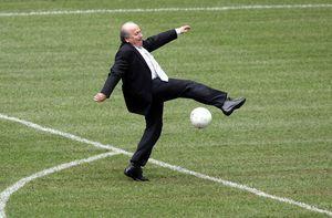 Joseph «Sepp» Blatter wird am 10. März 1936 in Visp, im Kanton Wallis, geboren. Bevor Blatter seine Karriere bei der Fifa beginnt, ist er als Sportjournalist und PR-Fachmann tätig. Er spielt bis 1971 selbst aktiv Fussball. Auf dem Bild kickt er in der Allianz Arena in München (2005).
