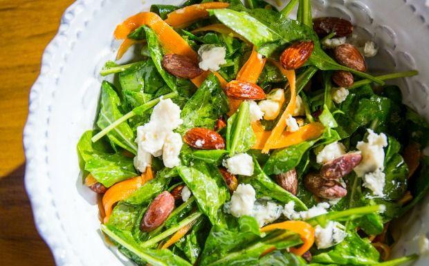 Salada de cenoura, rúcula e queijo roquefort Amêndoas torradas dão toque crocante ao prato