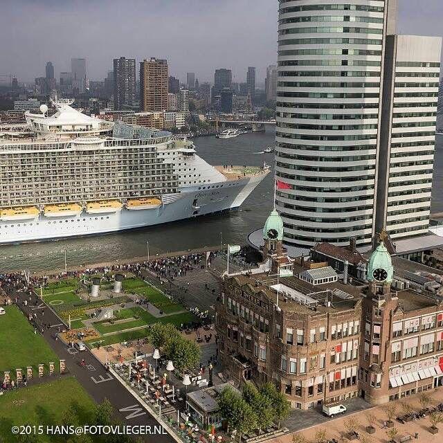 Cruiseschip in Rotterdam, bij Hotel New York. ♥️