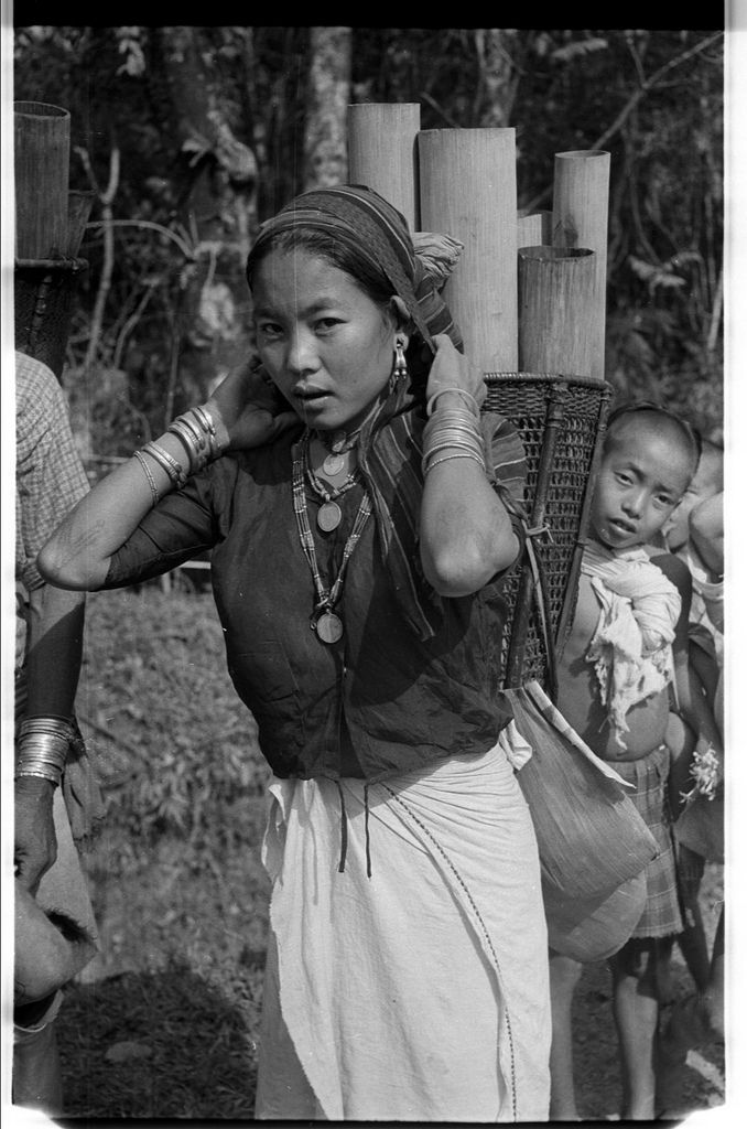 Wancho Naga woman carrying bamboo tubes | par SOAS Digital Library
