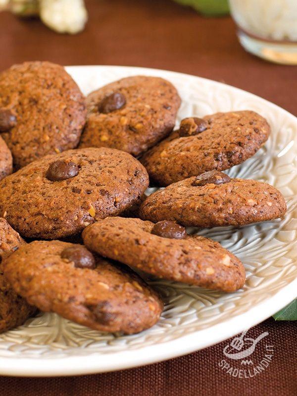 I Biscotti al cioccolato e frutta secca coniugano il sapore della tradizione con la genuinità della frutta secca. Perfetti per le merende dei bambini.