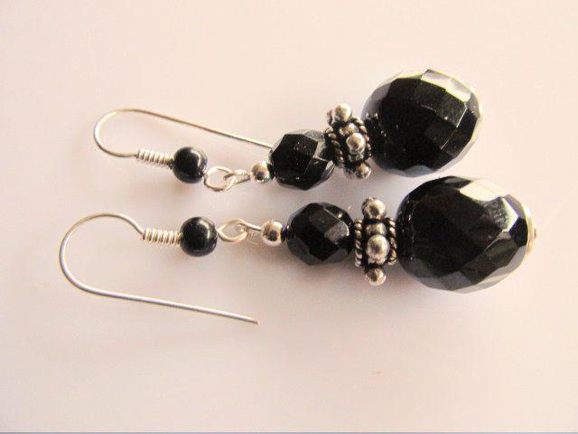 Oorbellen Black Disco glaskralen facet zwart met AB en oorhaak met onyx. geheel verzilverd.