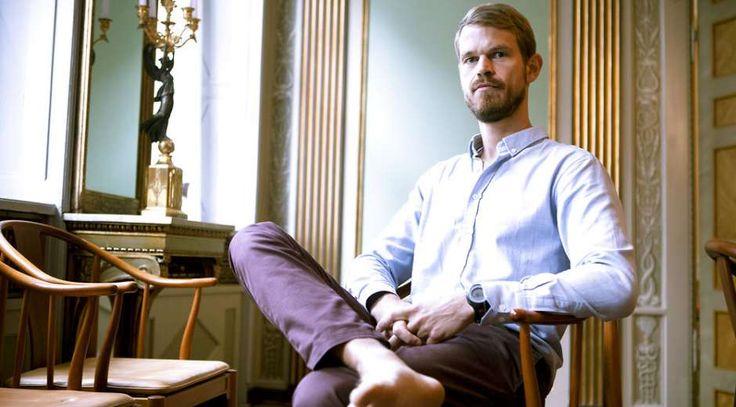 """Portræt af psykologiprofessor Svend Brinkmann, der kalder til oprør mod selvudviklings- og innovationskulturen. Brinkmann har udgivet bogen """"Stå Fast"""", der opfordrer os til at tage nej-hatten på."""