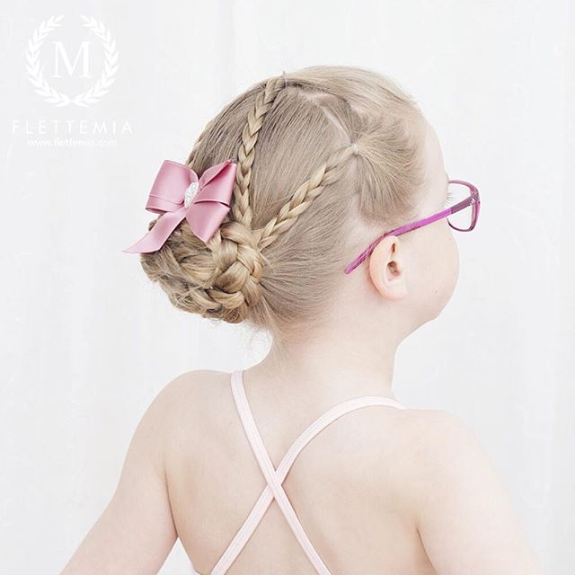"""Treerfletter og flettet knute  Sløyfe fra @marledesign.no / Three strand braids and braided bun  Bow from #marledesign"" Photo taken by @flettemia on Instagram, pinned via the InstaPin iOS App! http://www.instapinapp.com (04/05/2016)"