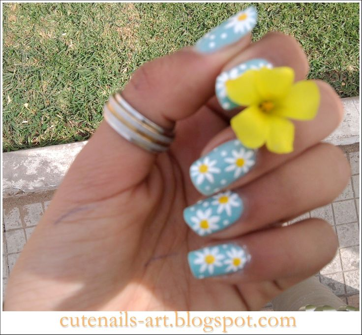 Daisy nail design: three color colour nail art, light blue, white and deep yellow light orange #spring #summer