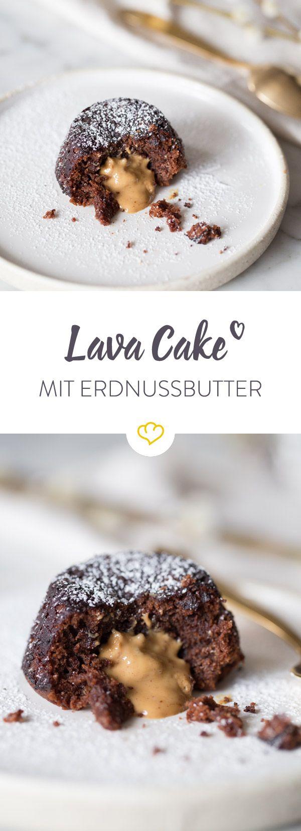 Ein super schnelles Dessert, das du gut vorbereiten und direkt aus dem Ofen servieren kannst: Schokoladige Lava Cakes mit flüssigem Erdnussbutterkern.