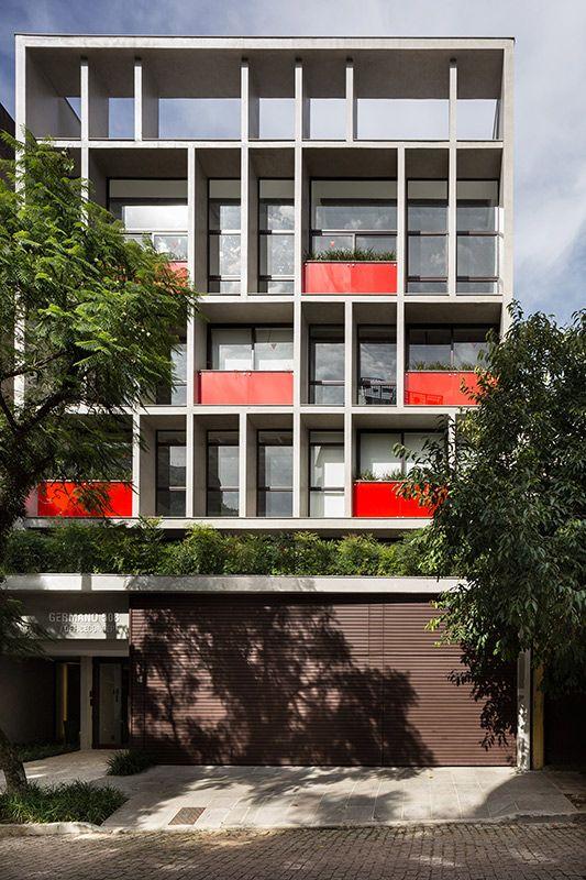 Germano 508, Porto Alegre. Projeto por Smart!. A tonalidade vermelha que pontua a face principal, é um contraponto ao concreto aparente preponderante na fachada do compacto edifício, desenhado pelos arquitetos Márcio Carvalho e Ricardo Ruschel.