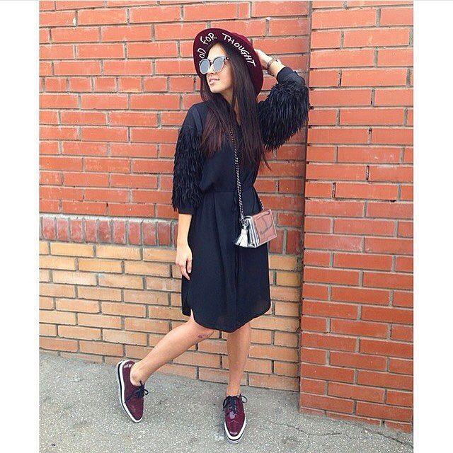 Туника/платье с бахромой на рукавах💣 ботинки бордо(есть в серебре и черные) с 35-39р. Шляпка в разных цветах🎓очки и сумочка😎 для заказа и информации ☎️89260464670whatsaap