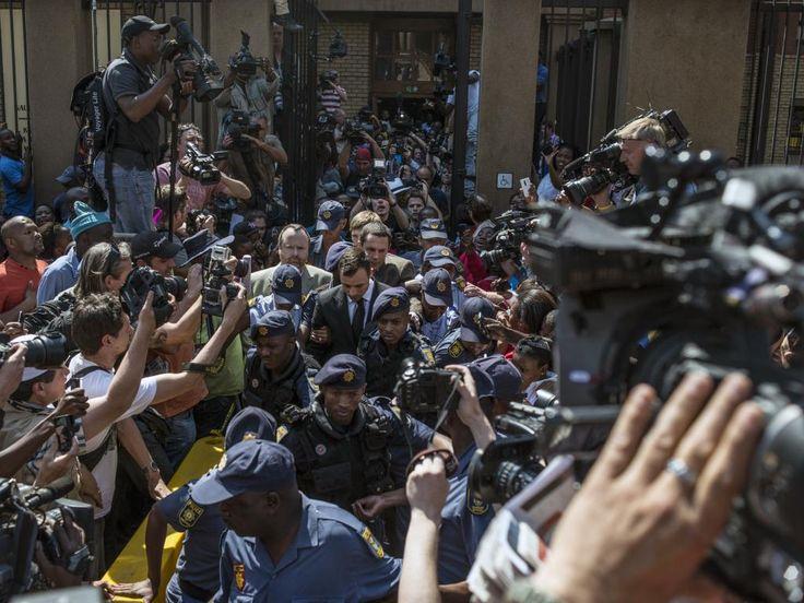Vrijdag 12 september: Oscar Pistorius baant een weg door een mensenmassa nadat hij de rechtszaal verlaat in Pretoria, Zuid-Afrika.