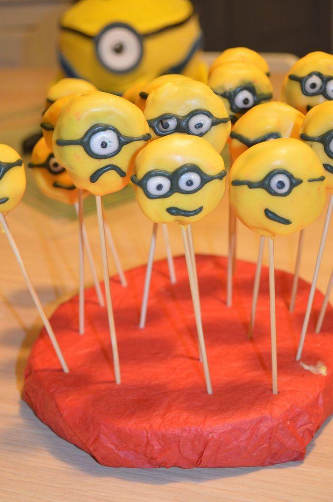 Avec les chutes de génoise du gâteau minion, j'ai réalisé quelques cake pops minion...une recette simple, mais qui est un peu longue, il faut s'y prendre un peu à l'avance... Il faut: des chutes de génoise un reste de ganache chocolat ( recette ici) ou...