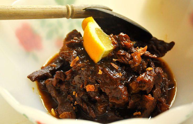 Dit klinkt heerlijk: smoor van vlees. Dit klassiek Indisch rundvlees is donker van de zoete ketjap en boterzacht. Het is niet moeilijk, maar kost wat tijd.