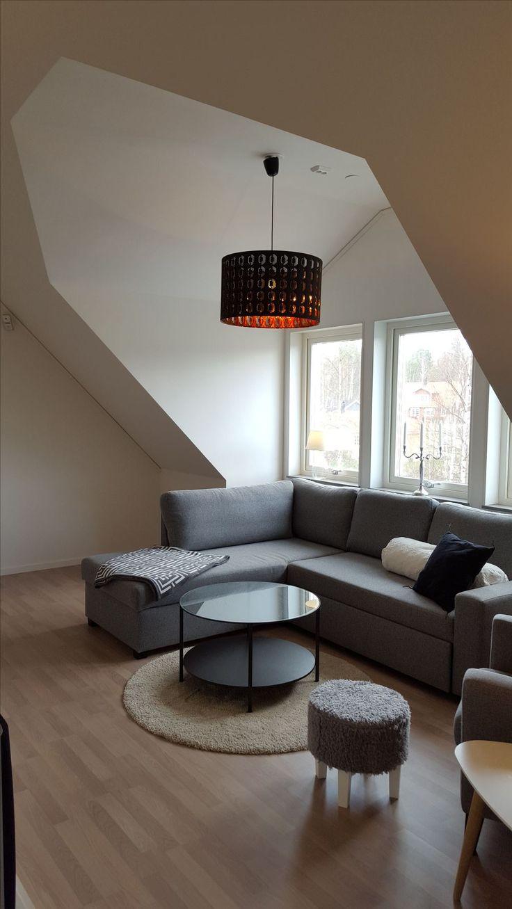 Övervåning i Solid 168, Hjältevadshus. Soffa från MIO, Lampa IKEA.