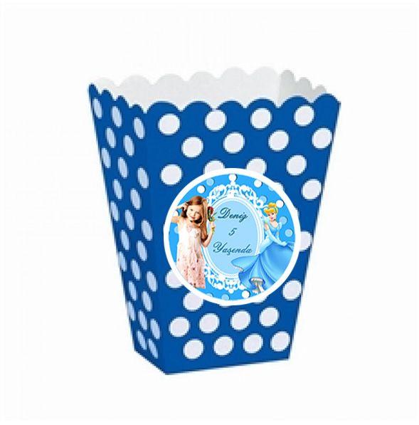 Cinderella Birthday Party SİNDİRELLA KİŞİYE ÖZEL POPCORN KUTUSU: Doğum günü partinize patlamış mısır , çerez vb. ikramlar ile gerçek bir parti havası katın :) Sindirella temalı kişiye özel tasarımı ile popcorn kutusu bu tercihiniz için birebir görünüyor. 12 adet gönderilmektedir. Ölçü: 18 x 8 cm.  Kuşe karton üzerine basılmaktadır.