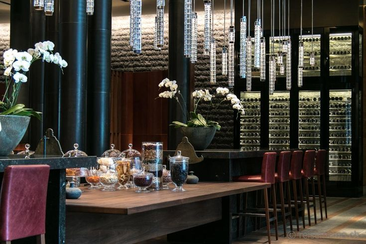 Bar mit Kristalllampen-The Chedi Andermatt