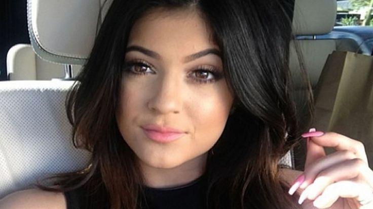 Payudara Kylie Jenner Terlihat Saat Jadi Model Pakaian Renang