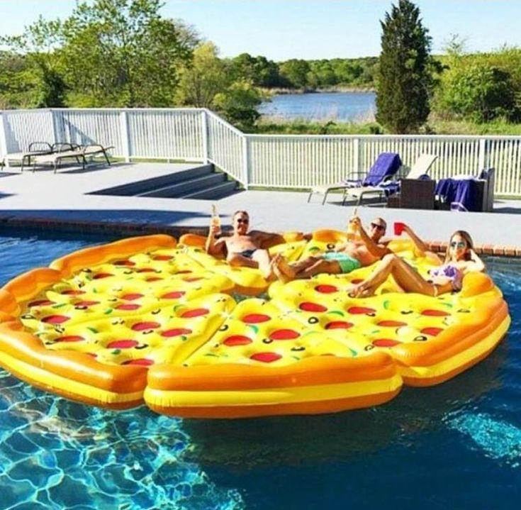 Une pizza gonflable pour bronzer à la plage