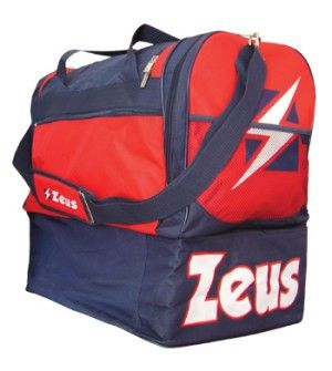 Kék-Piros-Fehér Zeus Gamma Nagy Sporttáska masszív, nagy teherbírású, kopásálló, oldalról kerekített, víztaszító, klasszikus felsőrészhez, alsó rekesz kapcsolódik cipzárral. Remek, kitűnő választás a Zeus feliratos, címeres, további 6 színkombinációban elérhető Zeus Gamma nagy sporttáska. Kék-Piros-Fehér Zeus Gamma Nagy Sporttáska méretei: 52 x 52 x 36 cm