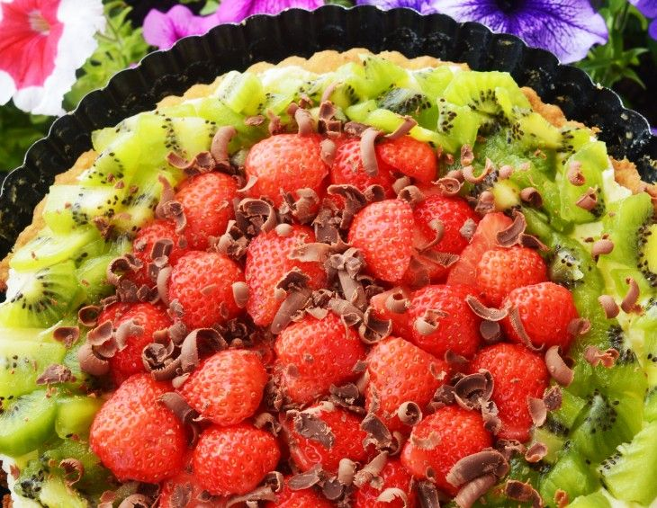 Inspiracje naszych czytelników - Ostatnie dni lata – kiwi, truskawka i mleczna czekolada na kruchym spodzie. Kruchy spód, śmietankowy krem z dodatkiem serka mascarpone i świeże owoce. #mistrzowiewypiekow #tarta #owoce #wypieki #inspiracje #ciasto