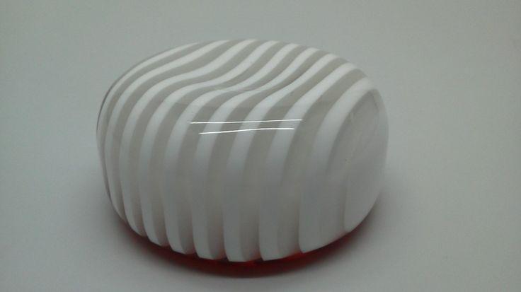 透明、白のアクリル板による多層重合オブジェ 下面に赤いアクリル板をさらに重合