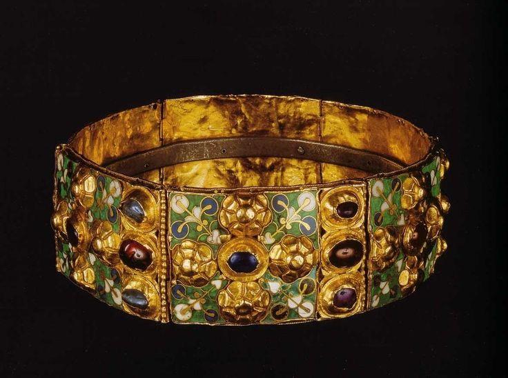 """venerdì 8 aprile. La Corona Ferrea è composta da sei piastre d'oro - ornate da rosette a rilievo, castoni di gemme e smalti - recanti all'interno un cerchio di metallo, dal quale prende il nome di """"ferrea"""", che un'antica tradizione, riportata già da sant'Ambrogio alla fine del IV secolo, identifica con uno dei chiodi utilizzati per la crocifissione di Cristo."""