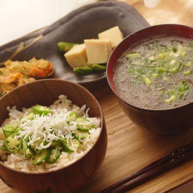 昨日の朝ごはん  ・おくらしらす丼?(丼というほどでもないw ・もずくとレンコンすりおろしお吸い物 ・高野豆腐 ・レンコン、ピーマンやらのきんぴら  会社行く前に取り込み忘れたので、今更感。(´∇`) 。。 お吸い物は油いれたら、冷めにくいぜ( •̀ .̫ •́ )✧…  -  Shinnosuke Tsunogae - Google+