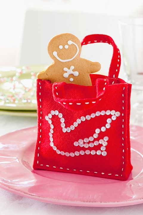 How to make tiny treat bags which will generate lots of joy and good cheer when you pack them full of yummy home-baked gingerbread men or handmade chockies.