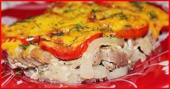 Echipa Bucătarul.euvă oferă o rețetă nouă de budincă din carne cu legume, ideală pentru o cină festivă. Carnea este acoperită cu mai multe straturi de legume și cașcaval, de aceea mâncarea e foarte suculentă, apetisantă și incredibil de gustoasă. Această budincă elegantă va fi vedeta culinară pe orice masă. Savurați-o cu plăcere alături de cei dragi. INGREDIENTE -1 kg de carne de porc (sau 2 bucăți de piept de pui) -2-3 roșii -3 cepe -3-4 cartofi -4-5 căței de usturoi -200-250 g de cașcaval…