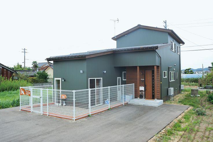 モスグリーンのカラーガルバリウム鋼板がお洒落なK邸。アプローチ横にはドッグランを設けている。