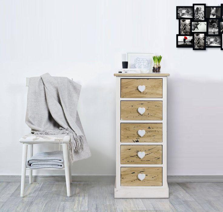 Cassettiera in stile shabby chic, in legno di Paulownia bianco e naturale. Cinque cassetti con raffinati pomelli in rilievo a forma di cuore. #shabby #chic #shabbychic #furniture #comodino #cuori #hearts #bedroom #camera #arredo #mobili #mobiletto #arredamento #bianco #legno #wood #white #paulownia #check #tartan #redcheck #design #interior #interiordesign #house #idea #ideas #diy