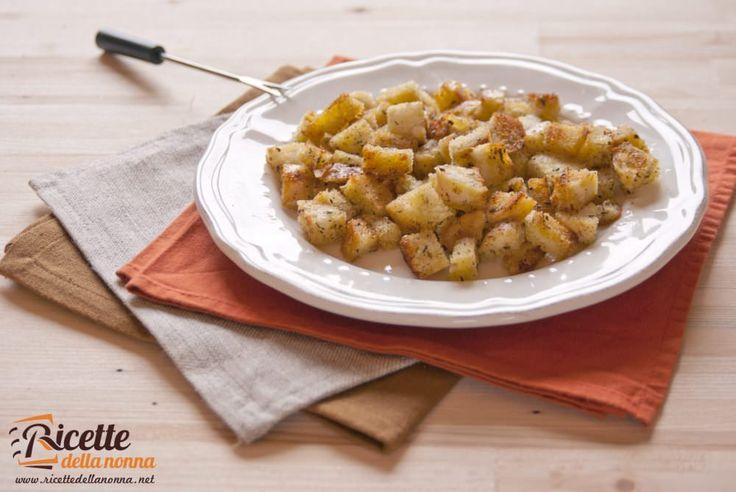 Come recuperare il pane avanzato? Semplice basta tagliare il pane a dadini e tostarlo con qualche accorgimento. Potete usare questi crostini di recupero per insaporire e dare croccantezza allinsalata alle vellutate e alle zuppe rustiche.