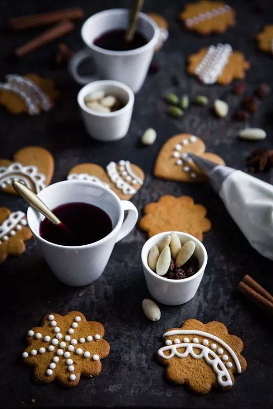 Gingerbread cookies with white icing decor (so cute!!)