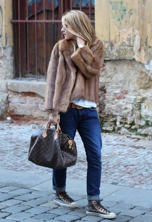 Abrigo pelo corto con vaquero y snikers. Look elegante y cómodo a la vez.