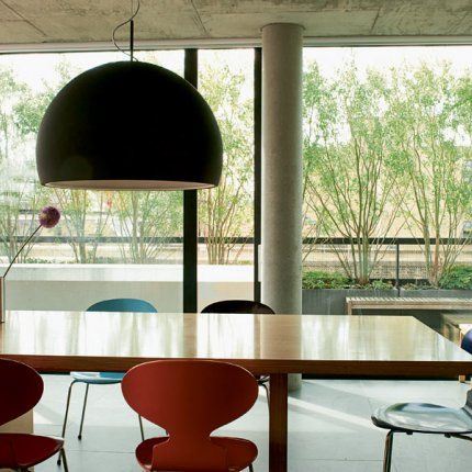 Salle manger chaises fourmi suspension biluna prandina for Salle a manger futuriste