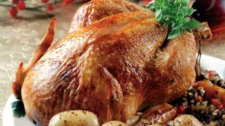 Στο μενού των φετινών γιορτών αντικατέστησε την συνηθισμένη γαλοπούλα με ένα ζουμερό γεμιστό κοτόπουλο με την υπογραφή της Αργυρώς Μπαρμπαρήγου